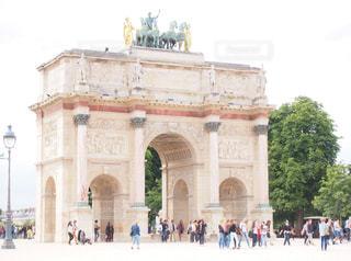 凱旋の前を歩いて人々 のグループ凱旋門カルーゼルの写真・画像素材[1035416]