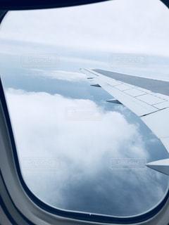 飛行機の窓から見た空の写真・画像素材[1098908]