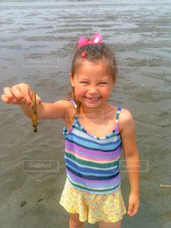 ビーチに立っている少女の写真・画像素材[1039211]