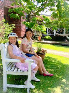 ベンチに座る女の子の写真・画像素材[1041756]