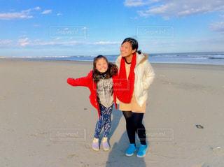 カメラにポーズのビーチに立っている人の写真・画像素材[1051096]