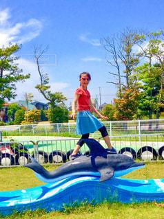 イルカ乗りの少女の写真・画像素材[1051153]