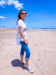 ビーチに立っている少女の写真・画像素材[1051215]
