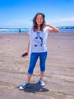 ビーチに立っている女性の写真・画像素材[1051230]