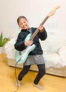 ギター女子の写真・画像素材[1051413]