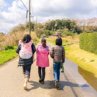 道を歩く人々 のグループの写真・画像素材[1051436]
