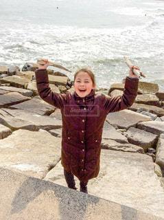 海岸に立っている少女 - No.1051955