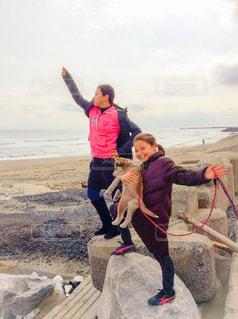 海岸に犬と少女 - No.1051969