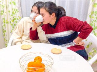 女性,家族,屋内,カーテン,女子,女の子,少女,椅子,テーブル,人物,人,ティータイム,みかん,お茶,いす,女子会,緑茶,日本茶,湯呑み,アットホーム,湯のみ,イス,ミカン,茶托,若い女性,煎茶,茶たく