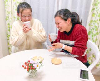 女性,家族,花,屋内,カーテン,女子,スマホ,女の子,少女,椅子,テーブル,人物,人,ティータイム,お茶,いす,女子会,ダイニングテーブル,携帯,緑茶,日本茶,湯呑み,アットホーム,湯のみ,イス,茶托,若い女性,煎茶,茶たく