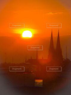 背景にオレンジ色の夕日の写真・画像素材[1850475]