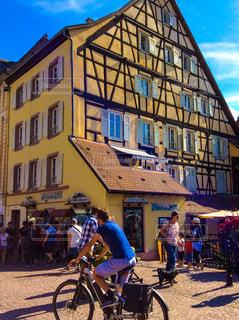 建物の前で自転車に乗る人の写真・画像素材[1850518]