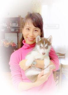 女性と子犬の写真・画像素材[2049891]