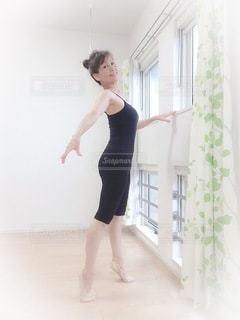 部屋に立っている女性の写真・画像素材[3329242]