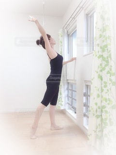 部屋に立っている女性の写真・画像素材[3329428]