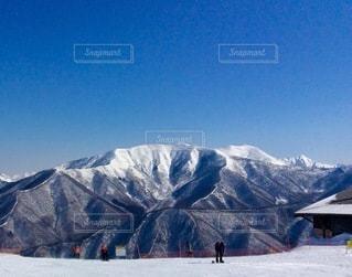 雪に覆われた山とスキー場の写真・画像素材[3340758]