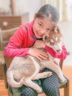 犬を抱いている少女の写真・画像素材[3360299]