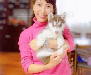 子犬を抱いた女性の写真・画像素材[3360454]