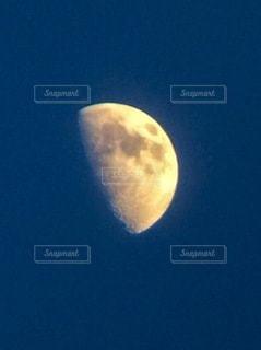 夜空の月の写真・画像素材[3373724]