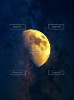 夜空に輝く月の写真・画像素材[3373725]