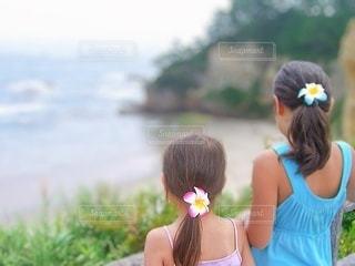 海の前に立っている女の子の写真・画像素材[3439339]