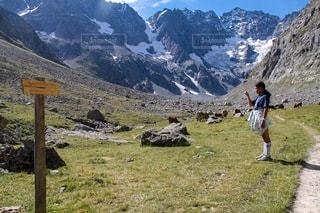 山の中に立つ女の子の写真・画像素材[3594512]