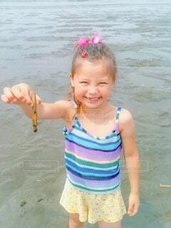 砂浜に立っている女の子の写真・画像素材[3617313]