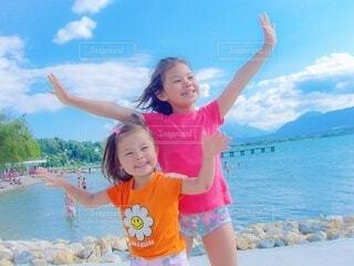 海の前でポーズをとる女の子の写真・画像素材[3617315]