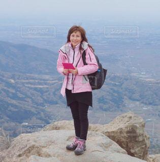 岩の上に立っている女性の写真・画像素材[4233045]