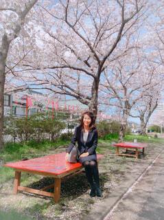 ベンチに座っている女性の写真・画像素材[4233046]