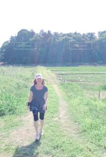 道を歩いている女性の写真・画像素材[4373259]