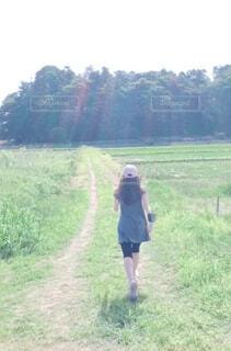 道を歩いている人の写真・画像素材[4373253]