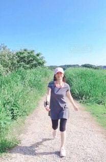 道を歩いている女性の写真・画像素材[4373254]