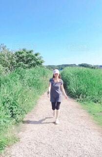 道を歩いている女性の写真・画像素材[4373257]
