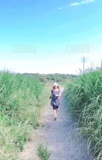 道を歩いている女性の写真・画像素材[4373256]