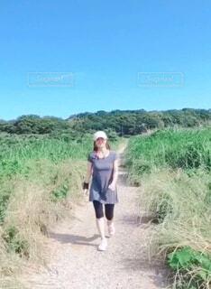 道を歩いている女性の写真・画像素材[4373258]