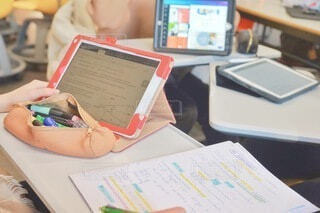 テーブルの上にあるスクリーンとノートの写真・画像素材[4635195]