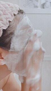 女性,20代,30代,風景,カメラ,カメラ女子,アクセサリー,バスルーム,屋内,白,水,手,花嫁,女子,素肌,指,ふわふわ,ハンドソープ,人物,壁,人,ウェディングドレス,容器,顔,お風呂,メイク,しっとり,泡,水道,美容,ソープ,洗面所,バスタイム,コスメ,お風呂上がり,モコモコ,ライフスタイル,汚れ,もちもち,耳,美肌,化粧,石けん,すっぴん,色白,シミ,シンク,洗面,脱衣所,洗顔,石鹸,スキンケア,手洗い,おばさん,洗う,動画,ハンド,フワフワ,泡立て,パック,中年,バスタブ,流れる,もこもこ,洗面台,50代,ヘア,清潔,肌,40代,毛穴,スッピン,ビデオ,アラサー,アラフォー,モチモチ,老化,流し,スキン,メイク落とし,落とす,ヘアバンド,もっちり,身支度,そばかす,ソバカス,モッチリ,しみ,おふろ,弾力,化粧落とし,洗顔フォーム,アラフィフ,ミドル,泡立てる,アラフィー,衛生器具,アラカン,洗顔パック