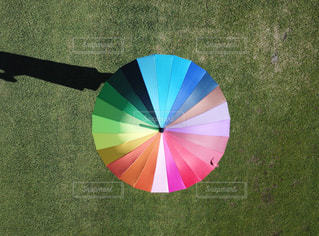 カラフルな傘を持つ手の写真・画像素材[1045427]