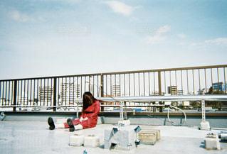 ベンチに座っている人の写真・画像素材[1234037]