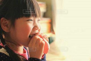 風船を膨らませようとする女の子の写真・画像素材[1181511]