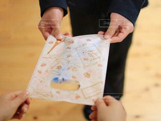 かわいい,手,女の子,プレゼント,嬉しい,洋服,人物,袋,人,クッキー,バレンタイン,チョコ,手作り,happy,ドキドキ