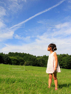 飛行機雲を見つめる女の子の写真・画像素材[1869477]