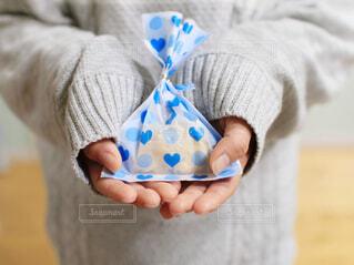 手,子供,女の子,プレゼント,手のひら,手持ち,人物,人,セーター,こども,小学生,誕生日,バレンタイン,記念日,ポートレート,男の子,ライフスタイル,ホワイトデー,手元,掌,ドキドキ,ラッピング,渡す,お返し,あげる