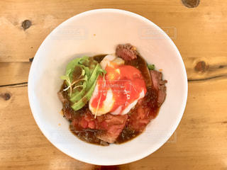 アボカドローストビーフ丼の写真・画像素材[1068251]