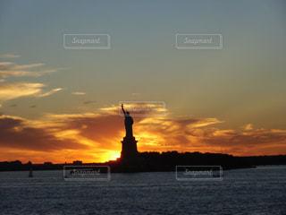 自由の女神と夕日の写真・画像素材[1035071]