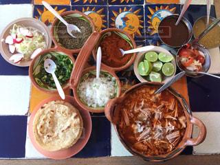 テーブルの上に食べ物のボウルの写真・画像素材[1081681]