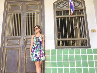 ドアの前で立っている女の子の写真・画像素材[1217818]