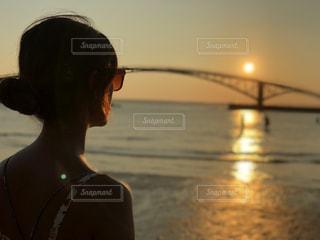 水の体の前に立っている人の写真・画像素材[1408149]