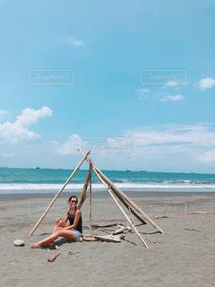 砂浜の上に座っている人の写真・画像素材[1408150]